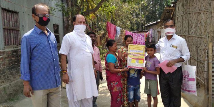 Members of Mangaldai Mahkuma Prathamik Sikshak Sanmilani distribution coronavirus awareness kit in Mangaldai. Image: Northeast Now