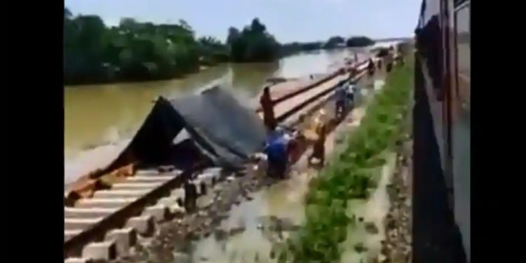Mizoram residents offer food to Assam flood-hit on their way home on special train, win internet 1
