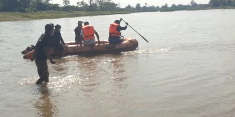 A team of Jagun police searching for missing Putol Karmakar. Image: Northeast Now