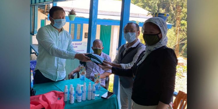 Liromoba legislature Nyamar Karbak distributing relief materials. Image: Northeast Now