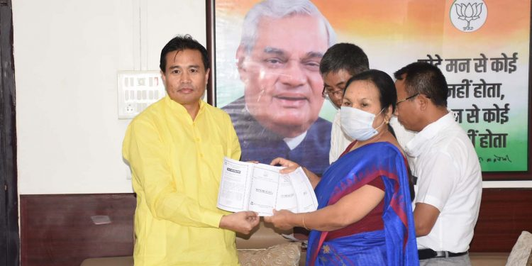 Manipur industry minister Th Biswajit Singh distributing yarn passbooks to weaver