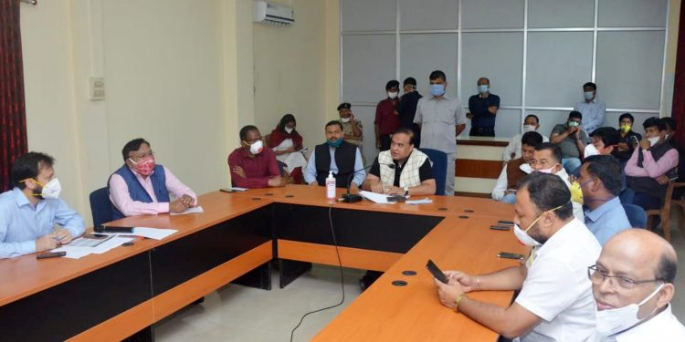 Assam health minister Himanta Biswa Sarma during a reviewing meeting with the doctors and staff of AMCH in Dibrugarh on Friday. Image: Northeast Now