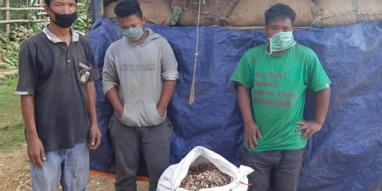 The three arrested seen with the seized areca nut.