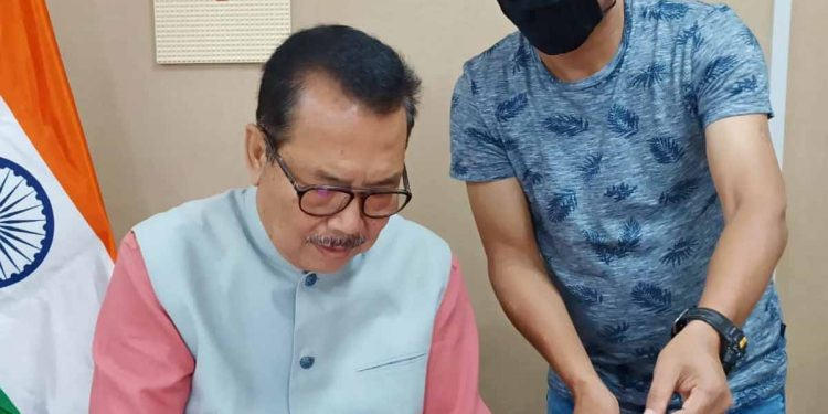 Arunachal deputy CM Chowna Mein while launching the  prepaid online payment service. Image: Northeast Now