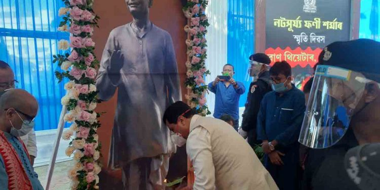 Assam CM Sarbananda Sonowal paying floral tributes to the portrait of Natasurya Phani Sarma in Tezpur on Friday. Image: Northeast Now