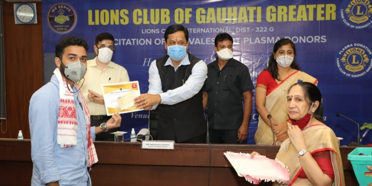 Assam CM Sarbananda Sonowal felicitating plasma donors