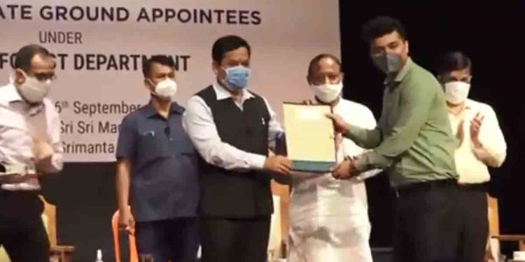 Assam CM Sarbananda Sonowal distributing recruitment letters to the newly recruited rangers.