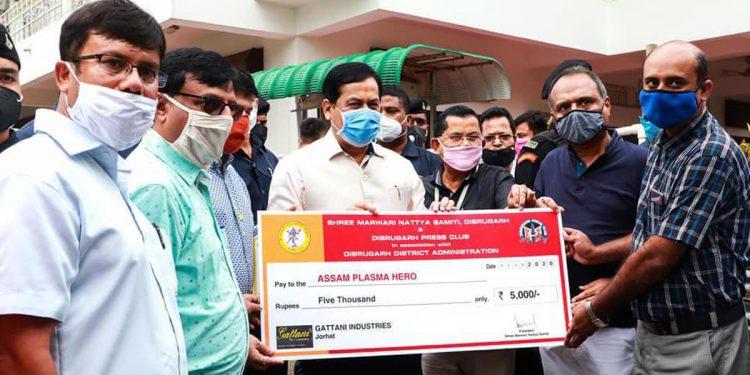 Assam CM Sarbananda Sonowal distributing certificates to plasma donors in Dibrugarh. Image: Northeast Now