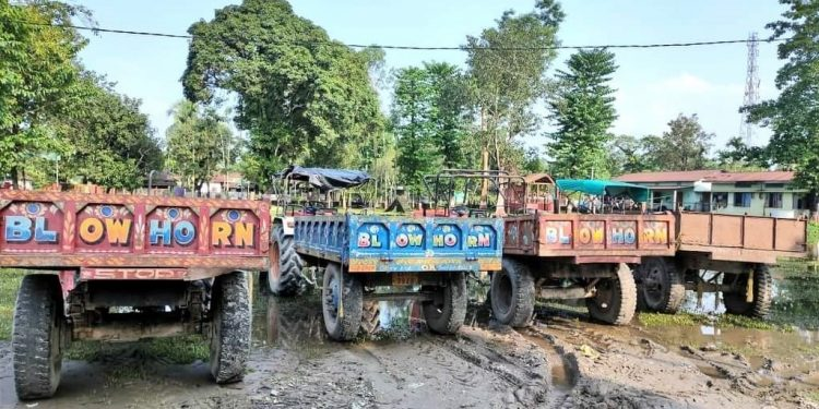 Assam: Dhubri Police seal 3 illegal sand and gravel mahals, seize 5 tractors 1