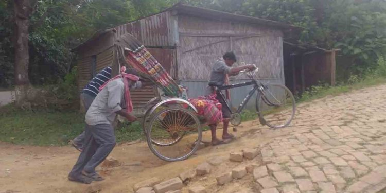 Dead body carried on a cycle rickshaw in Tripura's Ambasa, photos go viral on social media 1