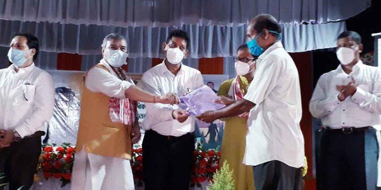 Rajya Sabha MP Bhubaneswar Kalita along with Assam PHE minister Rihan Daimary distributing land pattas in Darrang. Image: Northeast Now