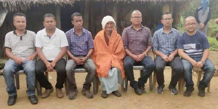 Spility Lyngdoh Langrin (in orange shawl) with KSU members. Image credit: Facebook