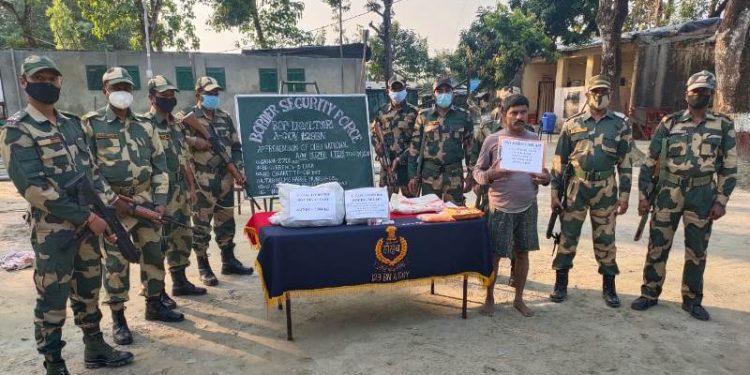 Bangladeshi smuggler held with narcotics 1