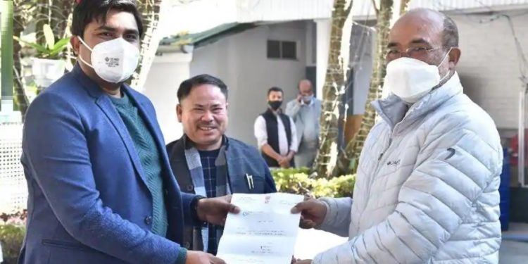Independent MLA Y Antas Khan, who won a seat in the recent bypolls, on Saturday, announced that he has extended support to N Biren Singh-led government.