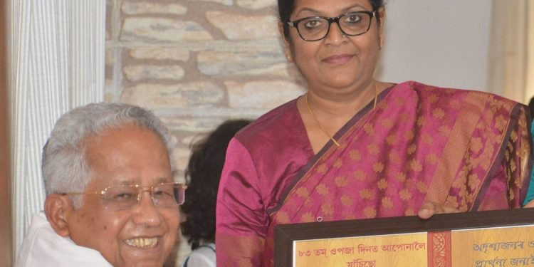 (File photo)  Aroti Hazarika Kachari with former CM Tarun Gogoi.