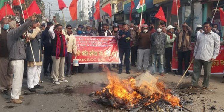 Tripura: Copies of three controversial farm laws burnt in Agartala streets 1