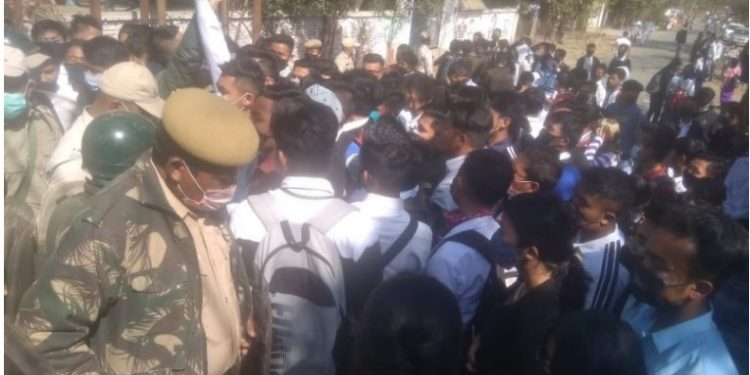 The students took to the street on Monday to protest the non-conduct of classes in their colleges.