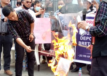 A copy of the MHA order was burnt at the sit-in demonstration held in front of Vanapa hall, Aizawl.