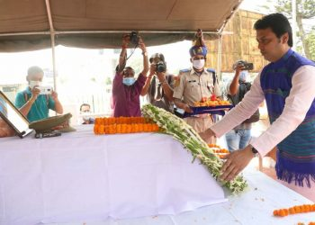 Tripura CM Biplab Kumar Deb pays tribute