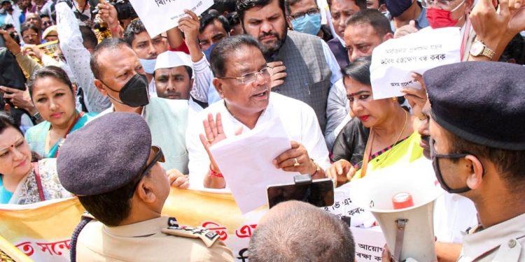 Assam Congress stage protest against BJP leader Pijush Hazarika in Guwahati for threatening journalists 1