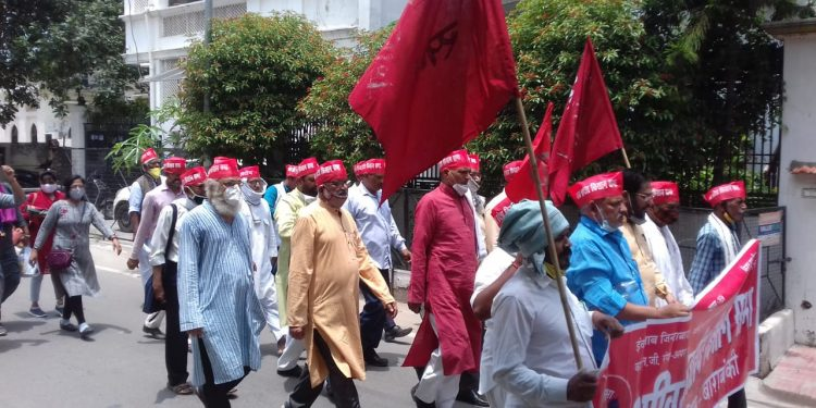 Around hundred farmers belonging to All India Kisan Sabha(AIKS)marching to Delhi. (File image)