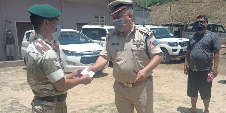 Nagaland DGP rewards cop for exemplary courage along border with Assam 1