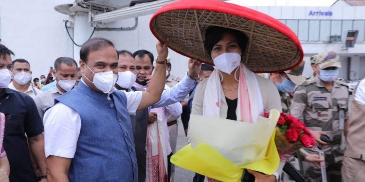 Assam: Lovlina Borgohain reaches Guwahati, CM Himanta Biswa Sarma receives her at Airport 1