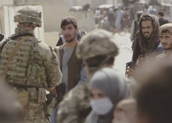 A British soldier having a conversation with Taliban fighters at Kabul airport.