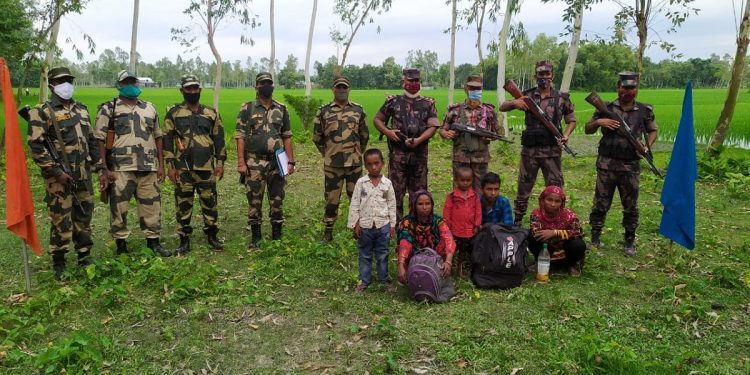 Five out of 10 Bangladeshi nationals nabbed by BSF near Indo-Bangla border handed over to BGB 1
