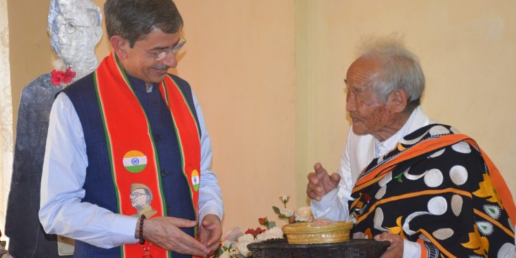 Nagaland Governor RN Ravi meets veteran freedom fighter Poswuyi Swuro at Ruzhazo village in Phek district on Thursday