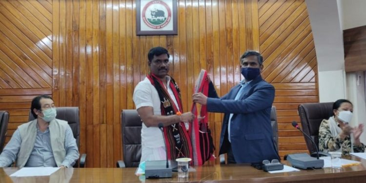 Venkatesan being felicitated by Ramakrishnan.